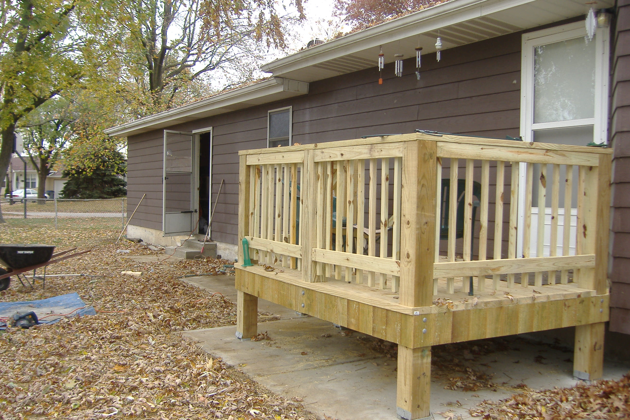 Small backyard decks patios 2017 2018 best cars reviews for Small backyard decks